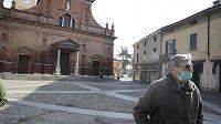 Téměř vylidněné náměstí v italském Codognu, kde řádí koronavirus. Ilustrační foto.