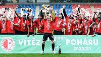 Fotbalisté Slavie s trofejí za vítězství v MOL Cupu.