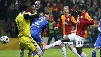 Aurelien Chedjou (21) z Galatasaraye Istanbul střílí gól brankáři Chelsea Petru Čechovi v prvním osmifinálovém zápase Ligy mistrů.