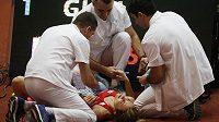 Denisa Rosolová v péči lékařů po pádu v rozběhu halového ME.