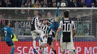 Akrobatický gól Cristiana Ronalda v úvodním čtvrtfinále proti Juventusu.