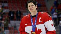 Kanadský kapitán Sidney Crosby se zlatou olympijskou medailí ze Soči.