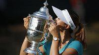 Americká golfistka Michelle Wieová s trofejí pro vítězku US Open.