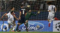 Obránce Chelsea David Luiz (vpravo) střílí nešťastný vlastní gól brankáři Petru Čechovi v utkání Champions League v Parku princů proti PSG.