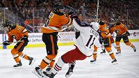 Důrazný bek Radko Gudas (3) z Philadelphie v souboji s Mattem Calvertem (11) z Columbusu v zápase NHL.