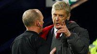 Manažer Arsenalu Arséne Wenger diskutuje s rozhodčím Mikem Deanem.