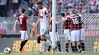 Fotbalisté Sparty slaví gól proti Slavii. Vpředu je smutný záložník červenobílých Marcel Gecov.