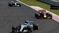 První finský pilot Valtteri Bottas z Mercedesu, za ním jezdec Red Bullu Max Verstappen a až třetí Brit Lewis Hamilton.