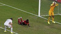 Americký brankář Tim Howard se chytá za hlavu, střídající Silvestre Varela ho v 95. minutě překonal a zařídil tak Portugalsku remízu 2:2. Vlevo přihlíží zklamaný stoper Matt Besler.
