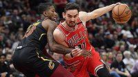 Basketbalista Chicaga Bulls Tomáš Satoranský (31) a Alfonzo McKinnie z Clevelandu Cavaliers.