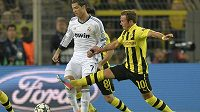 Dortmundský Mario Götze (vpravo) v souboji s Cristianem Ronaldem.