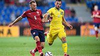 Vladimír Coufal a Serhiy Buletsa z Ukrajiny během přípravného utkání.