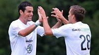 Jakub Rada (vlevo) a Tomáš Fabián oslavují gól v přípravném utkání proti Paderbornu.