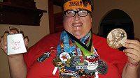 Derek Mitchell se navzdory svým kilům rozeběhl. Medaile jsou toho důkazem.