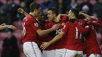 Robin van Persie (třetí zleva) z Manchesteru United slaví se spoluhráči gól do sítě Wiganu.