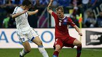 David Limberský uniká Řekovi Papadopoulosovi v druhém utkání české reprezentace na mistrovství Evropy.