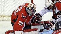 Brankář Washingtonu Michal Neuvirth likviduje šanci hokejistů Montrealu.