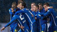 Fotbalisté Slovanu Liberec oslavují Bakošův gól na 1:0 v derby s Jabloncem.