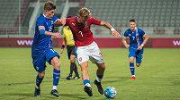 Antonín Barák (v červeném) během utkání s Islandem v Kataru.