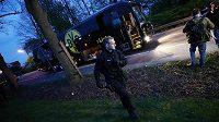 Policisté prohledávají okolí poškozeného autobusu fotbalistů Dortmundu před utkáním Ligy mistrů.