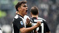 Fotbalista Juventusu Paulo Dybala slaví vstřelený gól v italské lize.