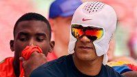Americký desetibojař Ashton Eaton používá na mistrovství světa v atletice v Pekingu speciální chladící masku.