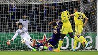 Gólman Chelsea Petr Čech zasahuje proti střele Tavarese z Mariboru.