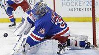Brankář New Yorku Rangers Henrik Lundqvist zasahuje v zápase s Floridou.