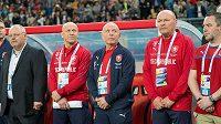 Český realizační tým s trenérem Karlem Jarolímem (uprostřed) před utkáním s Uruguaí.