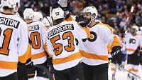 Obránce Philadelphie Radko Gudas (3) gratuluje Shaynehovi Gostisbeherehovi (53), který vstřelil vítězný gól do sítě Toronta v zápase NHL.