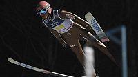 Polský skokan na lyžích David Kubacki v akci.