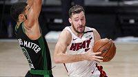 basketbalista Miami Heat Goran Dragič (vpravo) v souboji s Jaysonem Tatumem z Bostonu Celtics.
