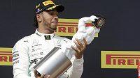 Lewis Hamilton slaví na stupních vítězů triumf ve Velké ceně Francie.