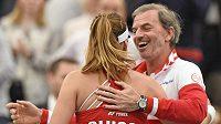 Švýcarská tenistka Belinda Bencicová se raduje s fedcupovým kapitánem Heinzem Günthardtem z výhry nad Němkou Angelique Kerberovou. Kapitán už v té době měl nalakovaný nehet malíčku.