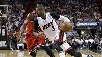 Basketbalista Dwyane Wade (vpředu) v dresu Miami.