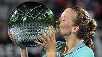 Petra Kvitová líbá trofej po triumfu na turnaji v Sydney.
