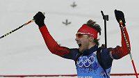 Ruský biatlonista Anton Šipulin dovezl domácí štafetu