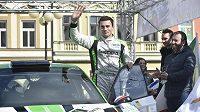 Jan Kopecký ze stáje Škoda Motorsport zdraví diváky po triumfu na Valašské rallye.