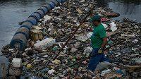 Muž odstraňuje nečistoty v zátoce Guanabara.