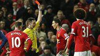 Rozhodčí Michael Oliver ukazuje červenou kartu záložníkovi Manchesteru United Ángelu Di Maríovi.