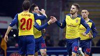 Aaron Ramsey (druhý zprava) z Arsenalu slaví svůj parádní gól na hřišti Galatasaraye.