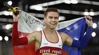 Český atlet Pavel Maslák se raduje z českou vlajkou z titulu halového mistra světa.