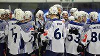 Hokejisté Plzně se radují z výhry 2:1 po samostatných nájezdech nad Zugem v Lize mistrů.