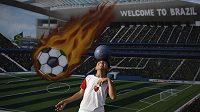 Hlavičkující hoch před graffiti upozorňujícím na nadcházející světový fotbalový šampionát v Brazílii.
