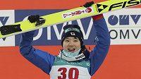 Japonka Juki Itová oslavuje triumf při SP ve skocích na lyžích v Pchjongčchangu.