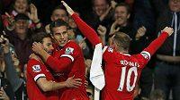 Zleva střelec Manchesteru United Juan Mata a jeho spoluhráči Robin van Persie s Waynem Rooneym slaví vítězství nad Crystal Palace.