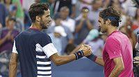 Roger Federer (vpravo) po výhře nad Felicianem Lopezem (vlevo).