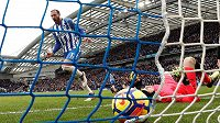 Petr Čech v brance Arsenalu na lopatkách a Glenn Murray z Brightonu oslavuje druhou trefu.