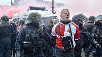 Dýmovnice a dělbuchy vyprovokovaly policii k zásahu.