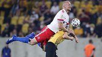 Obránce německého Hamburku Toni Leistner (v bílém) zaútočil po utkání na fanouška, který urážel jeho rodinu.